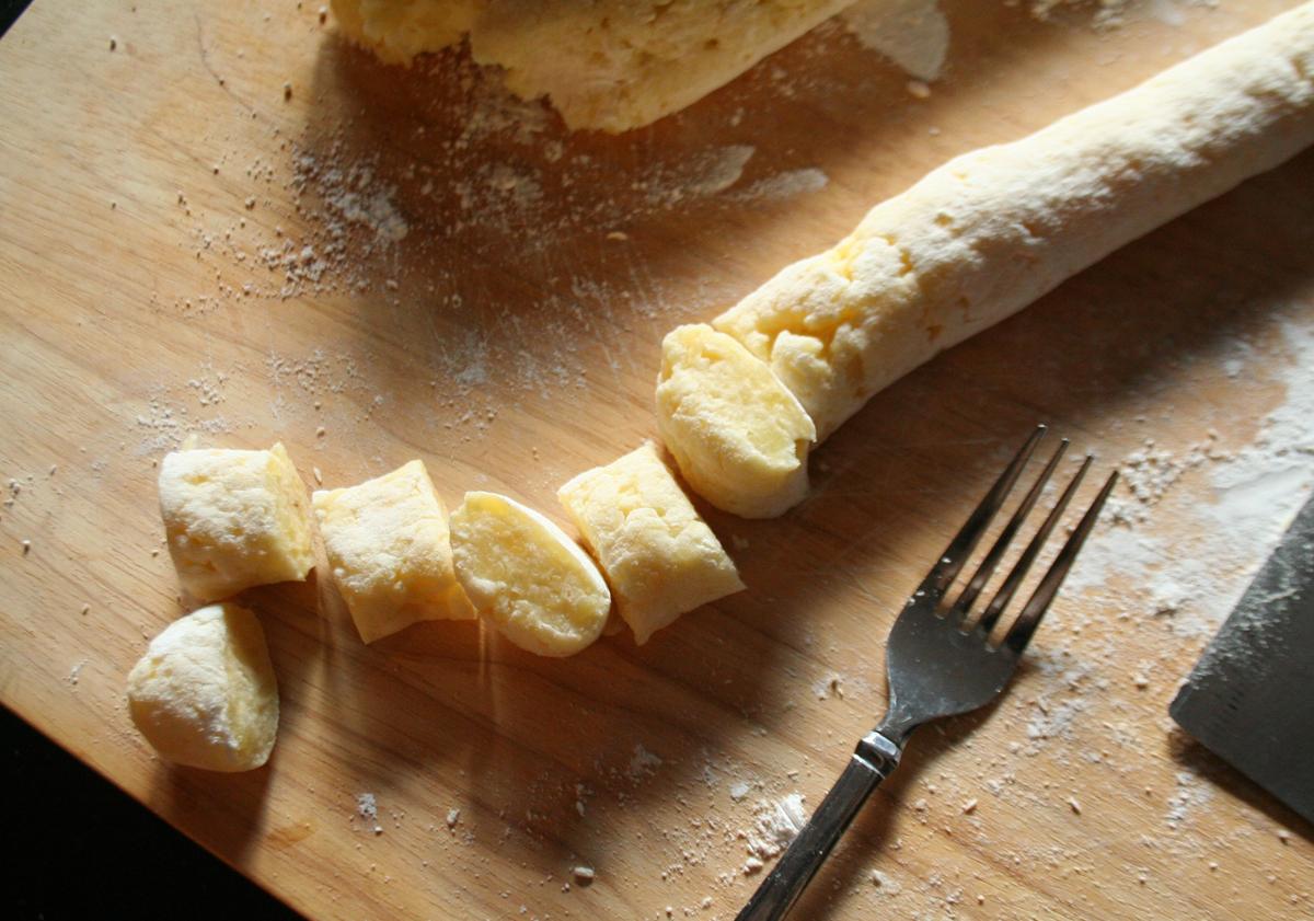 Cutting the potato gnocchi