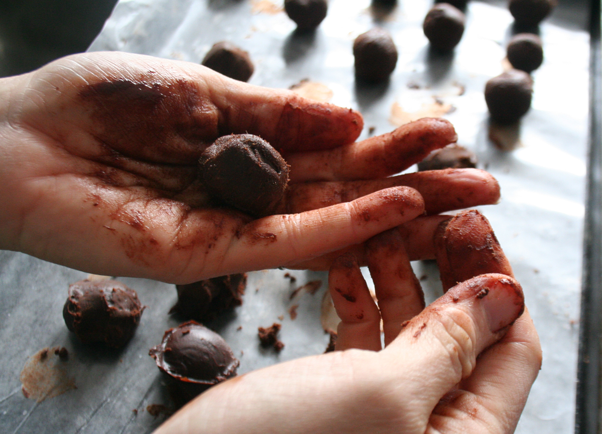 Shaping the chocolate truffles